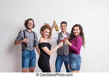 debout, bouteilles, jeune, glasses., tenue, portrait, groupe, amis, studio