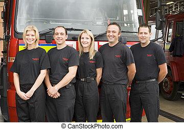 debout, brûler, pompiers, moteur, portrait