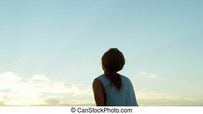 debout, bras, plage, haut, femme, 4k