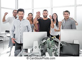 debout, bureau, business, moderne, équipe, heureux
