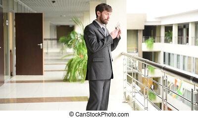 debout, bureau, business, réussi, téléphone, cellule, conversation, quoique, intérieur, avoir, homme