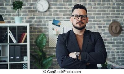 debout, bureau, deux âges, bras, entrepreneur, traversé, portrait