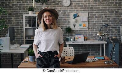 debout, bureau, entrepreneur, confiant, femme, seul, portrait, sourire