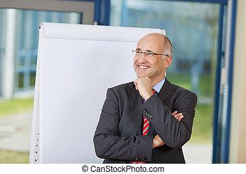 debout, bureau, loin, pensif, contre, regarder, quoique, flipchart, complet, homme affaires, heureux