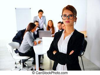 debout, business, femme affaires, devant, portrait, réunion