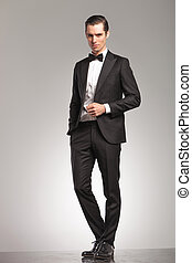 debout, business, manteau, élégant, smoking, ouvert, homme