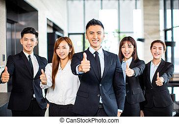 debout, business, projection, haut, asiatique, équipe, pouces
