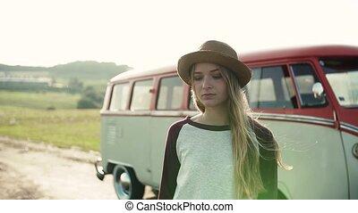 debout, campagne, jeune, roadtrip, par, minivan., girl, triste
