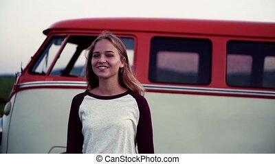 debout, campagne, jeune, roadtrip, par, minivan., girl
