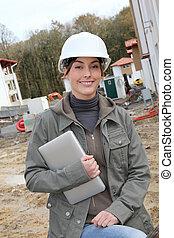 debout, casque, femme, site, construction, blanc, sécurité, ingénieur