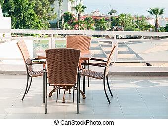 debout, chaises, air, quatre, terrasse, table, ouvert
