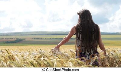 debout, champ, femme, blé
