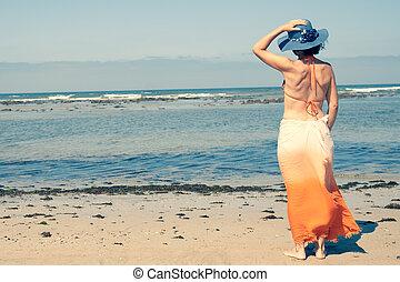 debout, chapeau, jeune, dos, regarder, mer, girl, plage, vue postérieure