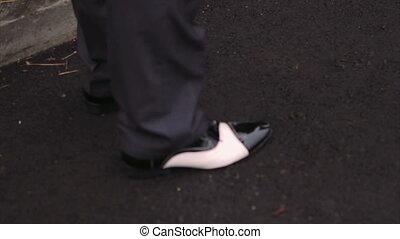 debout, chaussures, asphalte, cuir, pieds, trottoir, mâle noir, briller