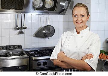 debout, chef cuistot, cuisine, femme, portrait