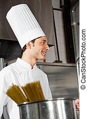debout, chef cuistot, mâle jeune, cuisine