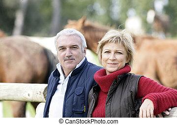 debout, chevaux, couple, suivant