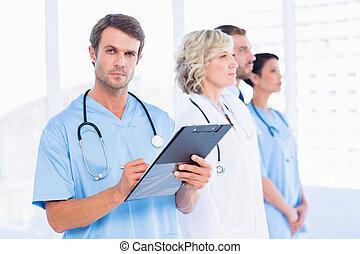 debout, collègues, bureau, docteur, monde médical, rapports, écriture, derrière, portrait, mâle
