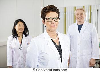 debout, collègues, docteur, hôpital, confiant, femme