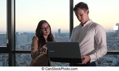 debout, collègues, fonctionnement, moments, bureau., panoramique, fenêtre, discuter