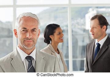 debout, collègues, homme affaires, ensemble, devant, parler