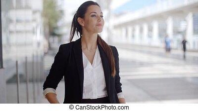 debout, confiant, attente, femme affaires