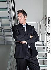 debout, confiant, escalier, homme affaires