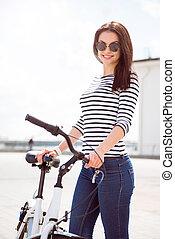 debout, confiant, femme, vélo