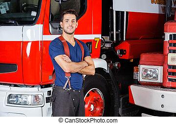 debout, confiant, pompier, bras croisés