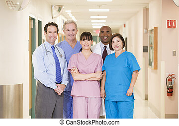 debout, couloir hôpital, équipe