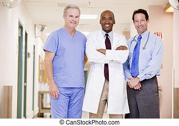 debout, couloir hôpital, médecins