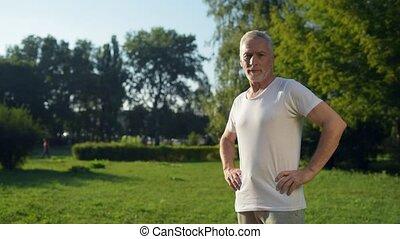 debout, coup, sportif, parc, chariot, vieilli, homme