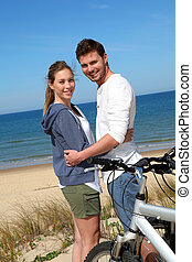 debout, couple, bicycles, océan