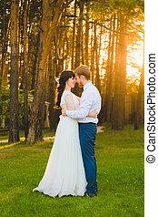 debout, couple, herbe, vert, nouveaux mariés