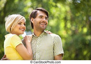 debout, couple, jeune, park., chaque, fin, sourire heureux, ...