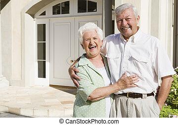 debout, couple, leur, dehors, maison, personne agee