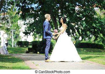 debout, couple, parc, wedding., jour, heureux