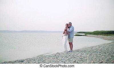 debout, couple, personne agee, vacances, motion., lent, lac,...