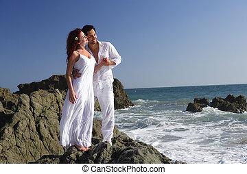 debout, couple, plage, jeune, rochers
