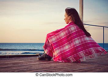 debout, couverture, séduisant, mer, emballé, girl