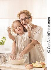 debout, cuisine, behing, nounou, enfant, pendant, personne agee