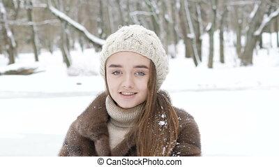 debout, day., hiver, pose, regarder, appareil photo, lentement, jolie fille, heureux