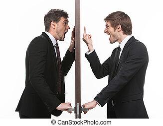 debout, deux, les, door!, business, fâché, deux, jeune, quoique, côtés, porte, une, ouvert, faire gestes