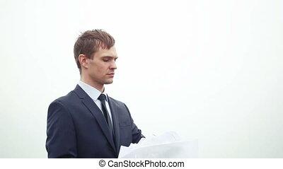 debout, documents, wind., papier lancement, homme affaires, pile