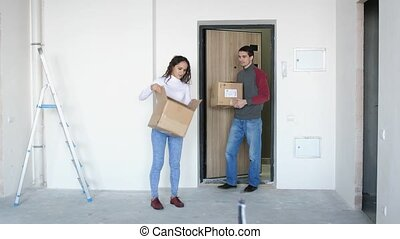 debout, doorstep., couple, jeune, étreindre, en mouvement, séduisant, 3840x2160, nouveau, home., joyeux
