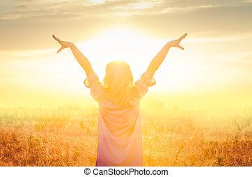 debout, doré, femme, blé, wheat., champ, coucher soleil, girl, heureux