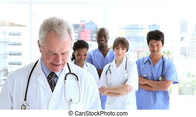 debout, droit, équipe, heureux, monde médical