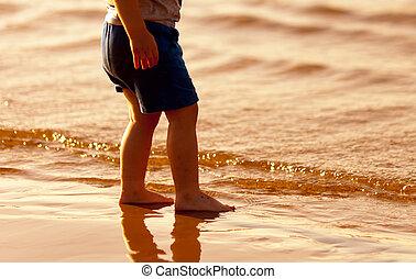 debout, eau, pieds nue, enfant