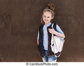 debout, eight-year-old, sac à dos, ensoleillé, charmer, rue, branché, girl, équipement, jour