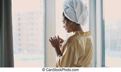 debout, entiers, jeune regarder, longueur, femme, téléphone., fenêtre, apprécier, présentation